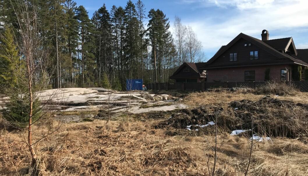 Nærmeste nabo er 10,5 meter unna, og har mursteinshus (foto: Ronny Thomassen).