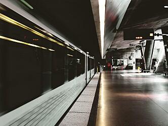 Rømning ut fra underjordiske togstasjoner: Hva påvirker hvordan folk vil ta seg ut?