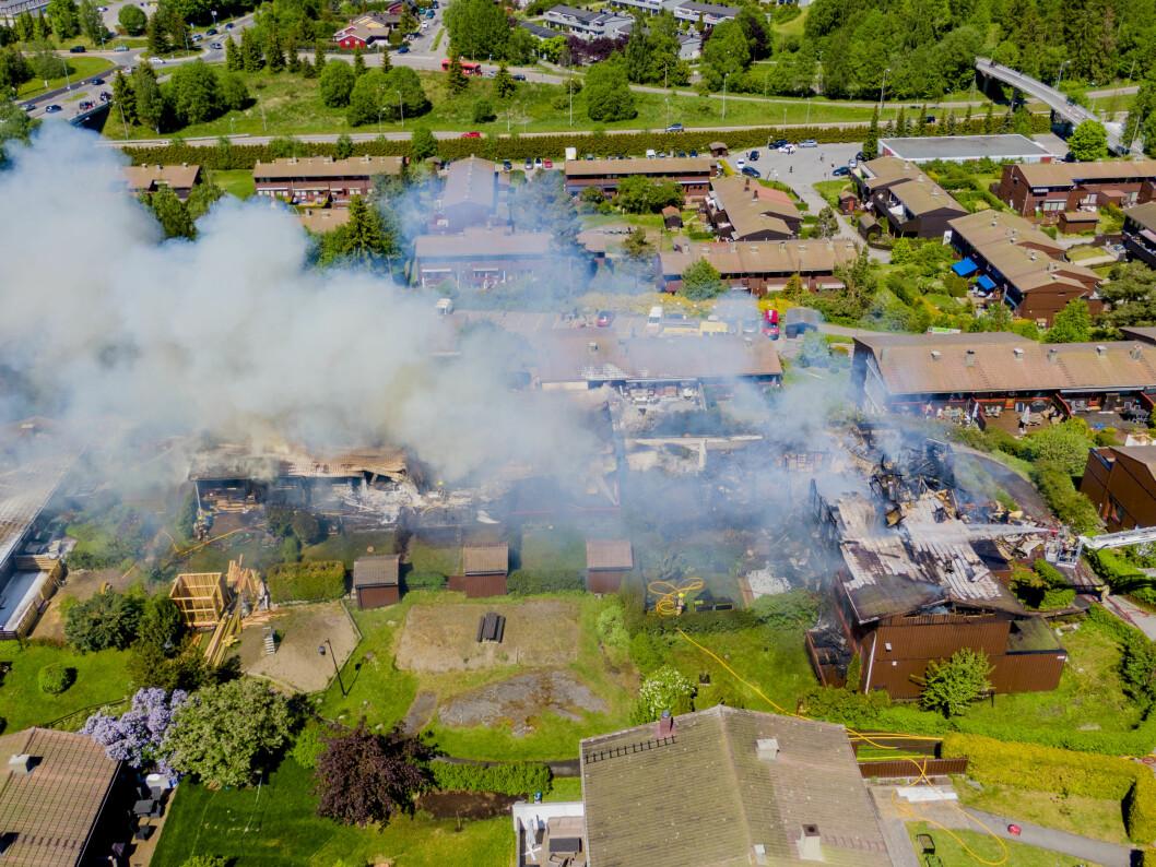 En person omkom, og åtte boliger ble totalskadd i rekkehusbrannen (foto: Stian Lysberg Solum, NTB/Scanpix)