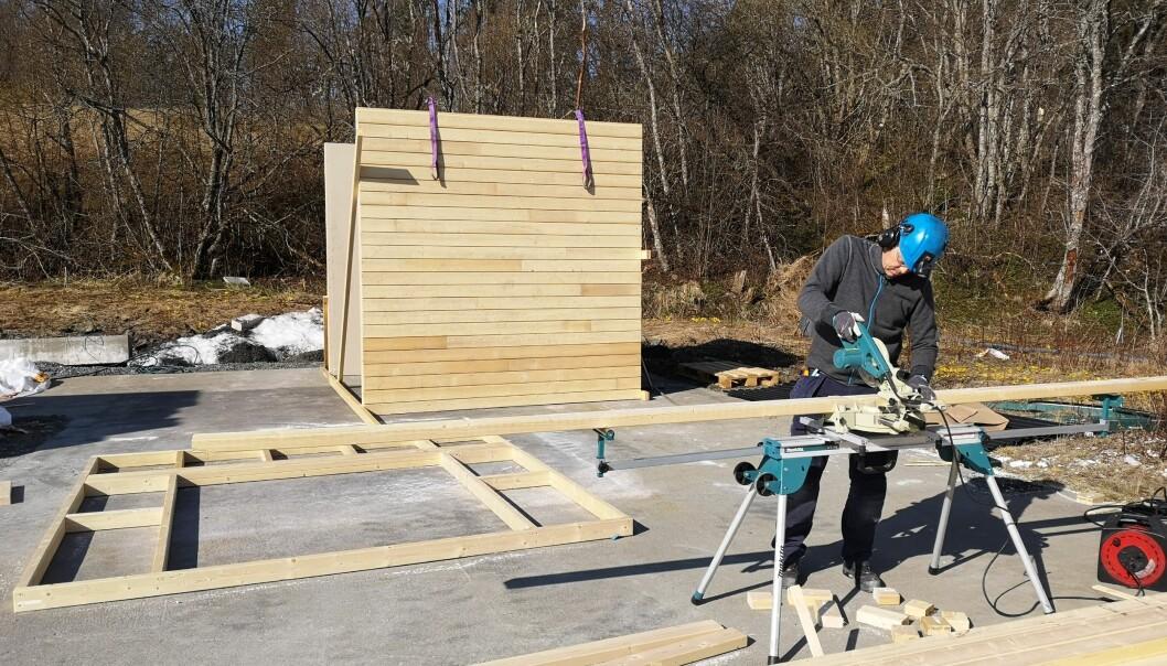 Ståle Kvarmebakk som er seniortekniker ved RISE Fire Research er i full gang med å bygge opp test-rigg for ulmebranner. Forsøkene skal igang fra høsten av (foto: Ragni Fjellgaard Mikalsen/FRIC/Rise Fire Research).