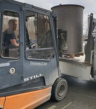 Brenselscontaineren som skal inn i test-riggen (foto: Ragni Fjellgaard Mikalsen/FRIC/RISE Fire Research).