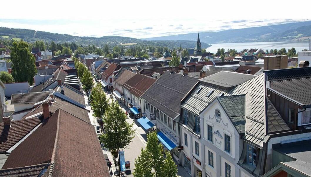 Tett i tett med verneverdige trehus i Storgata på Lillehammer (foto: Lillehammer Region brannvesen).