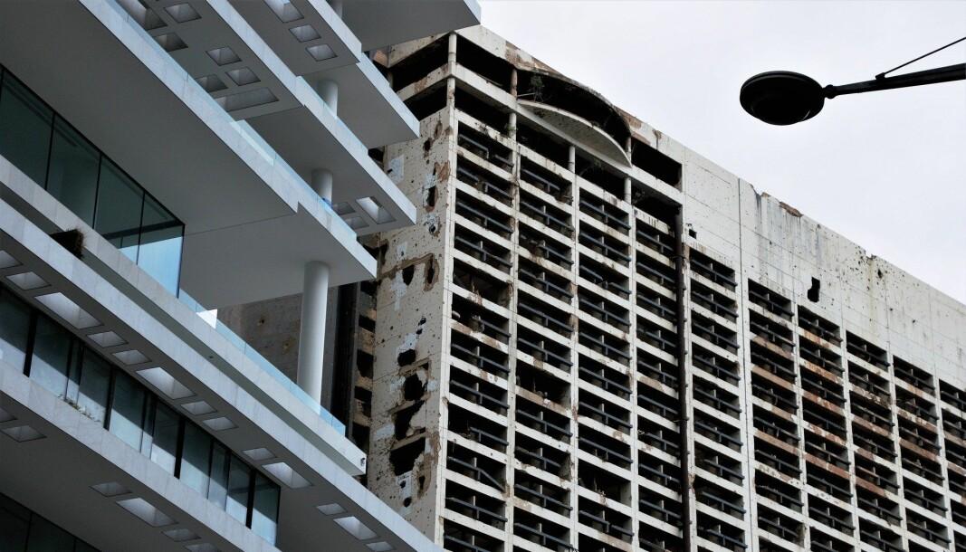 Ruinene av Holiday Inn-hotellet har stått som en grell påminnelse om borgerkrigen for 30 år siden blant mange nye bygg i Beirut. Nå viser TV-bilder at byen igjen ser ut som en krigssone, og det finnes neppe penger til å reparere skadene.
