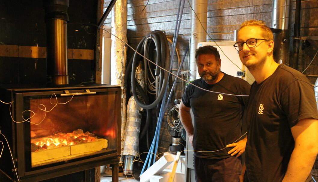 Birger Rønning (t.v) og Edvard Aamodt er forskerne som gjennomfører testing av kullgriller hos RISE Fire Research.