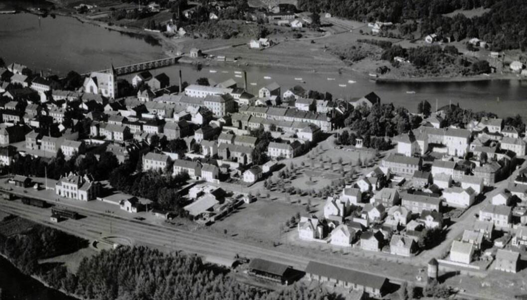 Historisk foto fra Levanger som viser parkaksen som deler byen i to for å forhindre eventuell brannspredning til hele sentrum.
