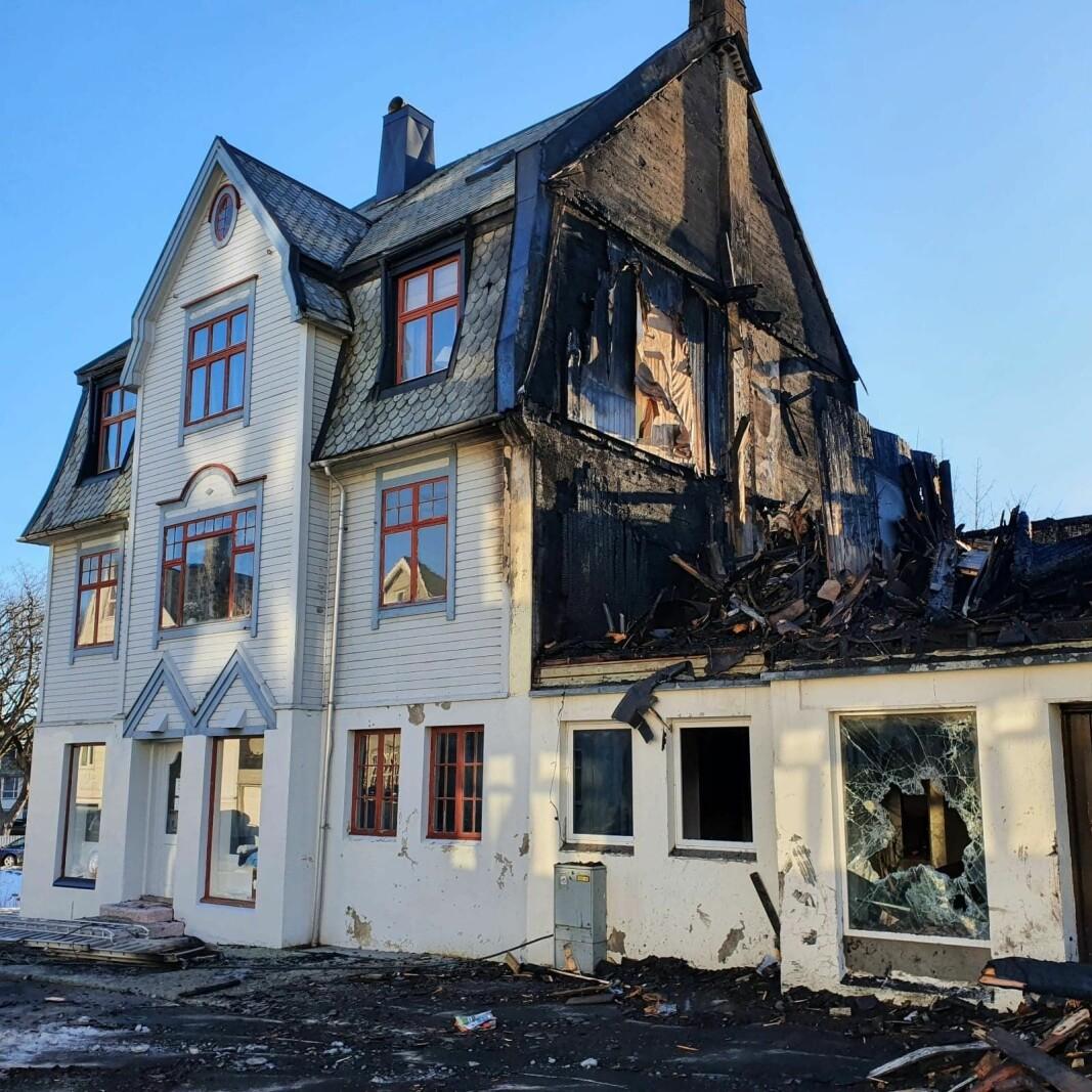 Brannmuren mellom husene i bygården vest for Aspøy hindret heldigvis brannen med å spre seg til andre bygg.