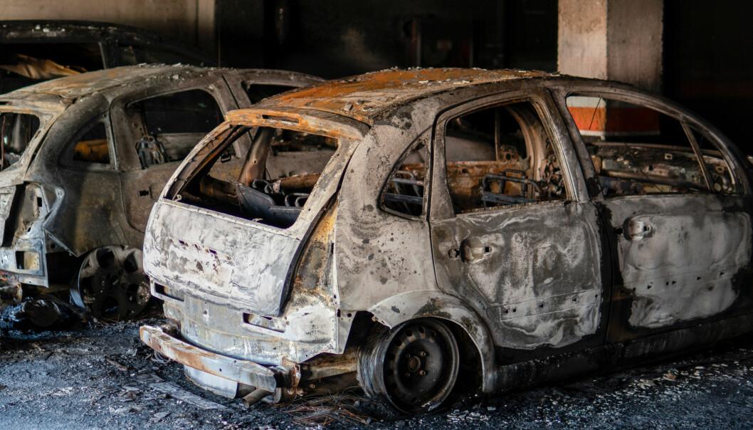 Utbrent bil etter brann i parkeringshus.
