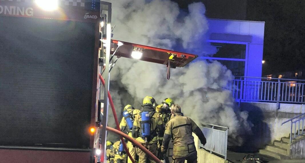 Brannmannskapet jobber iherdig med å slukke boligblokksbrannen i Kongsberg i november.