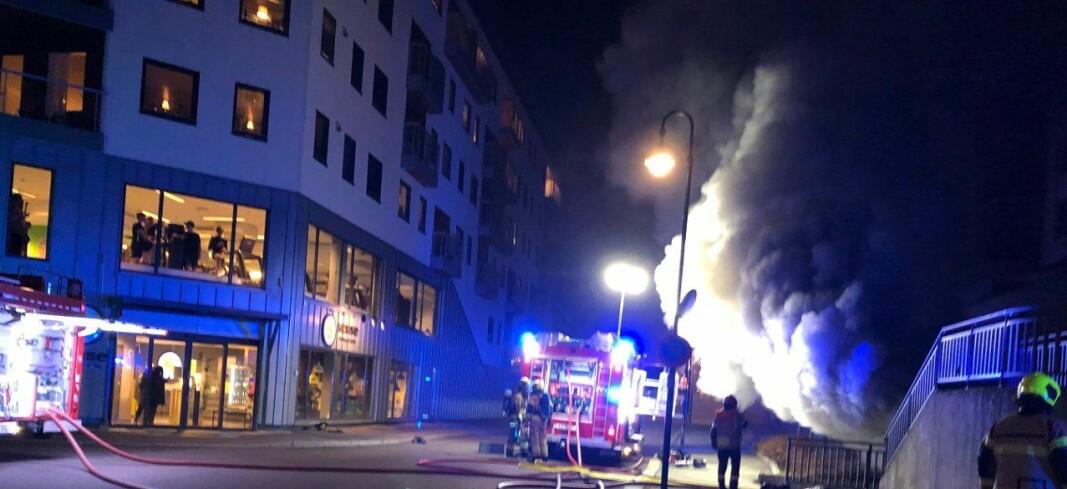 Kraftig røykutvikling i brannen i Kongsberg.