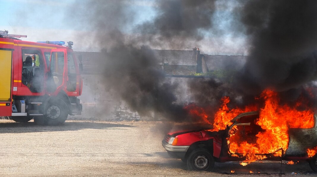 En brann i en elbil avgir mange giftige gasser.
