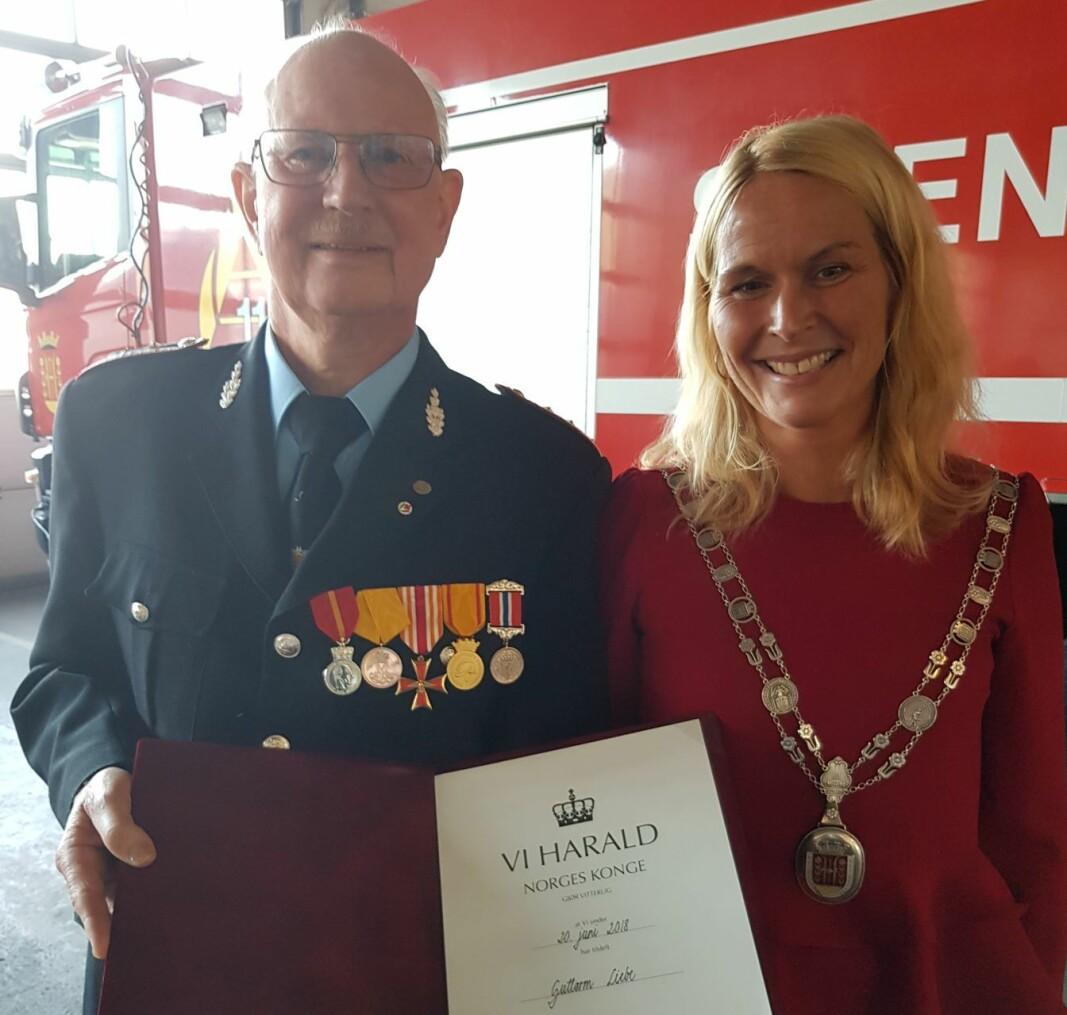 Guttorm Liebe sammen med ordfører i Skien kommune, Hedda Foss Five, under utdeling av Kongens fortjenestemedalje.