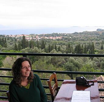 Monika Metallinou er prosjektleder for DYNAMIC. Her på en balkong på Korfu der hun kommer fra.