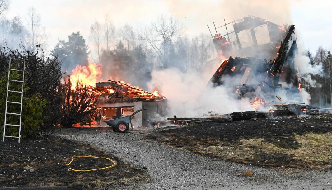 Et bolighus og en låve i Skogbygda i Nes kommune brant ned etter at det brøt ut brann natt til torsdag. Én mann ble funnet omkommet.