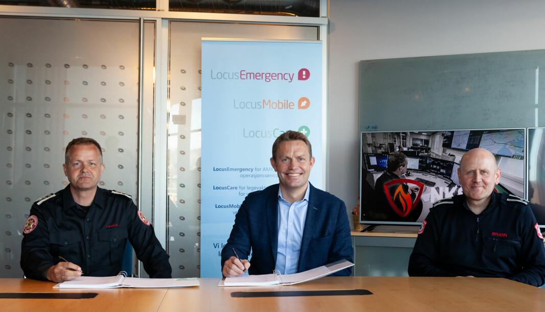 Kontrakten er signert! Fra venstre sitter Terje Suldal NKS110, Per Edvard Heyerdahl Locus Solutions og Rune Vårdal Paulsen NKS 110. Det er lett å se hvem som har det bredeste smilet.
