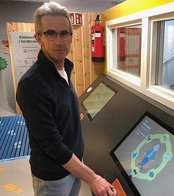 Daglig leder Bjørn Kleiven ved smitteslusa til utstillingen Elsikkerhet i Landbruket.