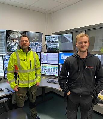 Rolf Møller (t.v.), beredskapssjef hos ROAF, og Simen Utne, som er servicetekniker hos Elotec og som har kontroll på anlegget.