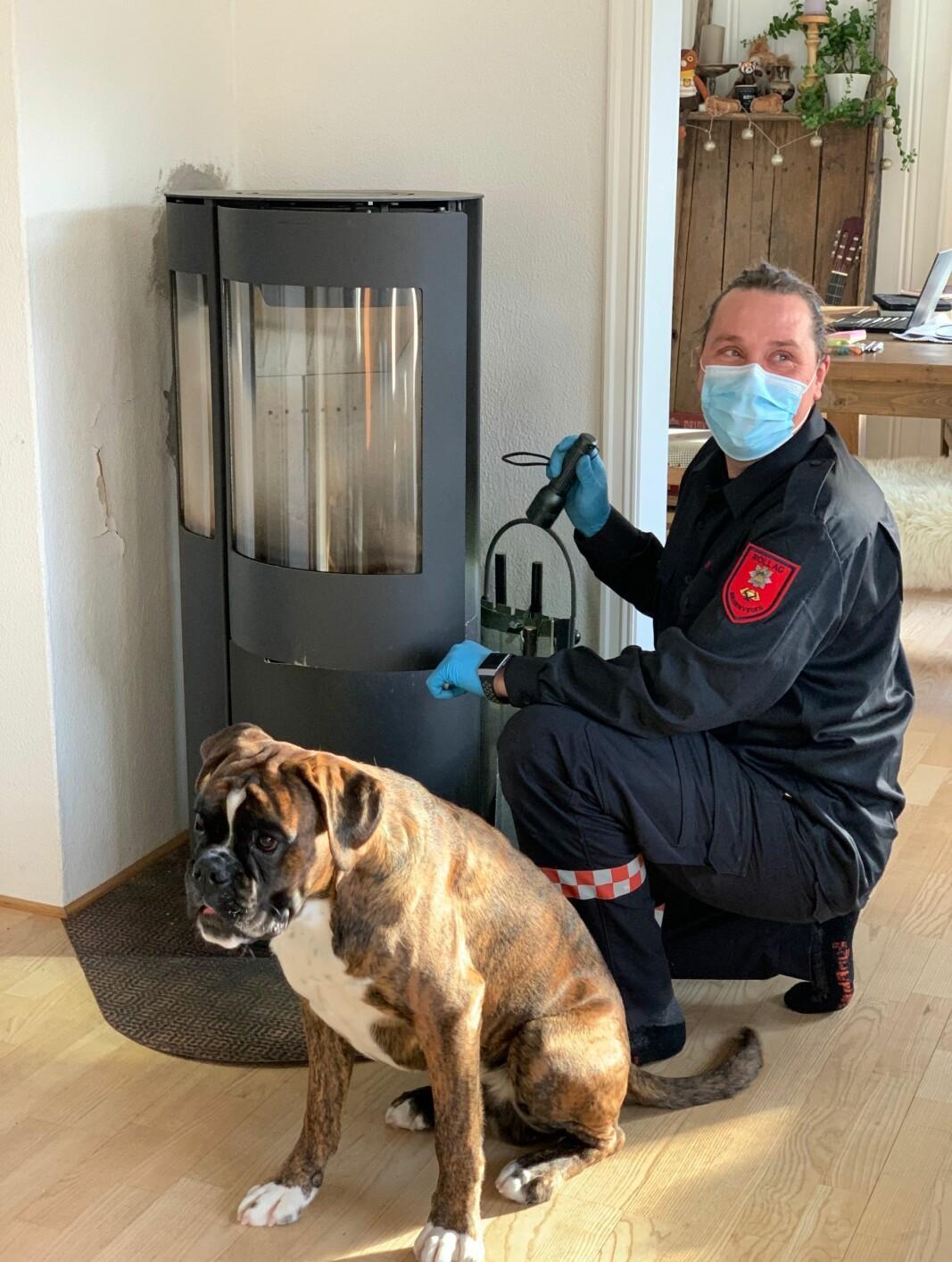 Brannforebygger Kim Andre Lien har fått selskap av huseierens hund; Ramses.