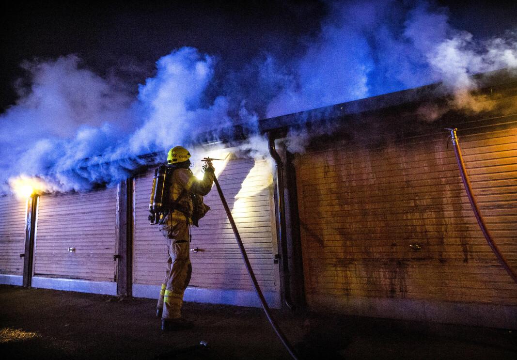 En røykdykker bruker tåkespiker for å slokke en garasjebrann på Storo.