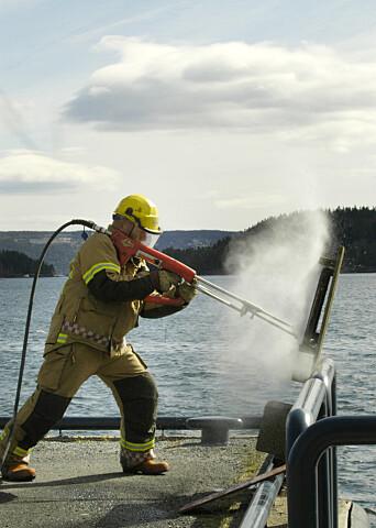 På mindre enn et minutt skar skjæreslukkeren seg gjennom en 12 millimeters skipsstålplate ved denne demonstrasjonen på Høvik.