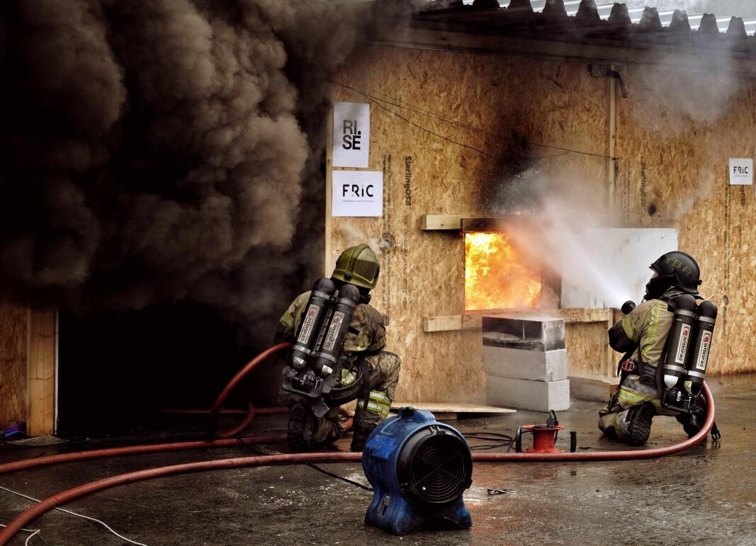 Brannvesenet kan bruke ulike typer slokkeutstyr for å slokke brann, noen gir mer røykeksponering og vannforbruk enn andre. Bildet er fra branntest som er gjennomført i samarbeid mellom FRIC, DSB og TBRT.