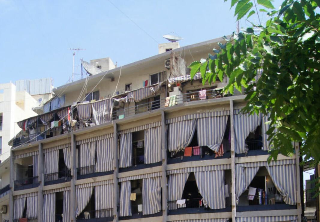 Gardinene vi ser på disse balkongene er laget i plast eller nylon, for å kunne stå i mot dårlig vær og kraftige regnbyger.