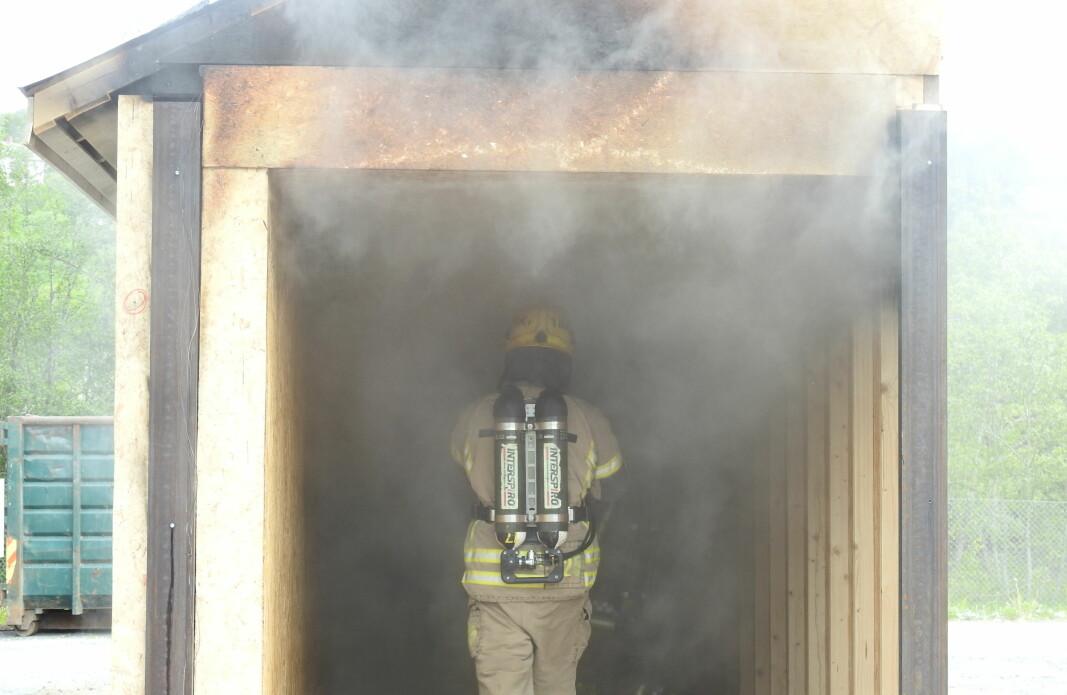 Giftig brannrøy utsetter brannkonstabler for en høyere kreftrisiko. Bildet viser tester utført hos RISE Fire Research.