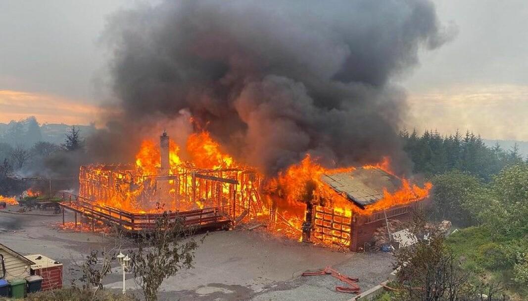Brannvesenet måtte evakuere fra slukningsarbeidet i et hus i full fyr på Sotra utenfor Bergen.