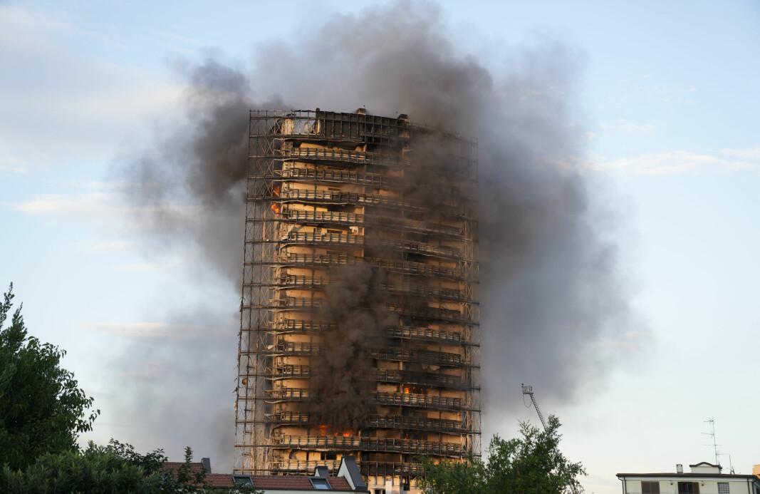 Brannmenn kjempet mot den voldsomme brannen søndag, som spredte seg raskt gjennom en nylig ombygd 60 meter høy, 16 etasjer stor boligblokk i Milano.