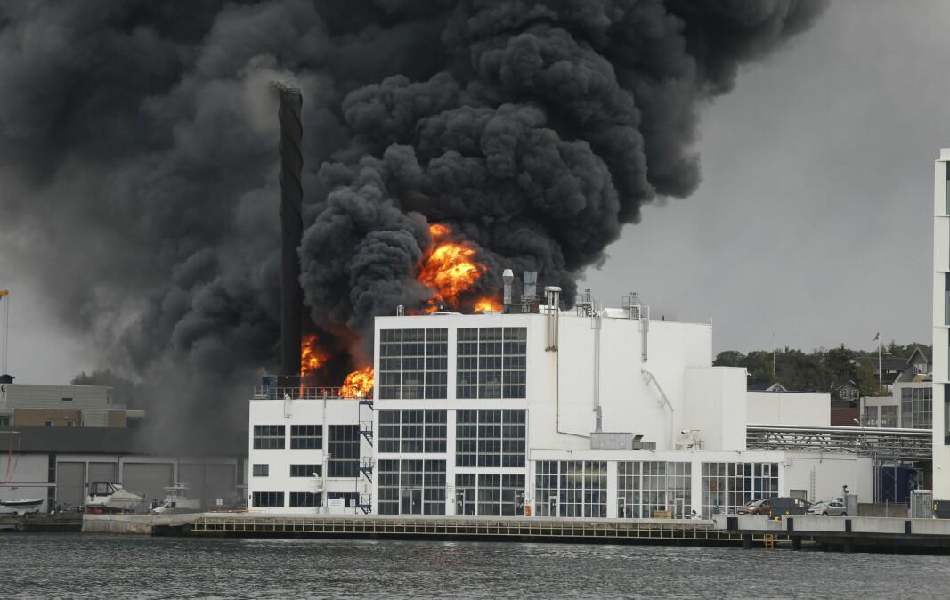 Det var synlige flammer og kraftig røykutvikling fra Jotun fabrikker i Sandefjord onsdag ettermiddag.