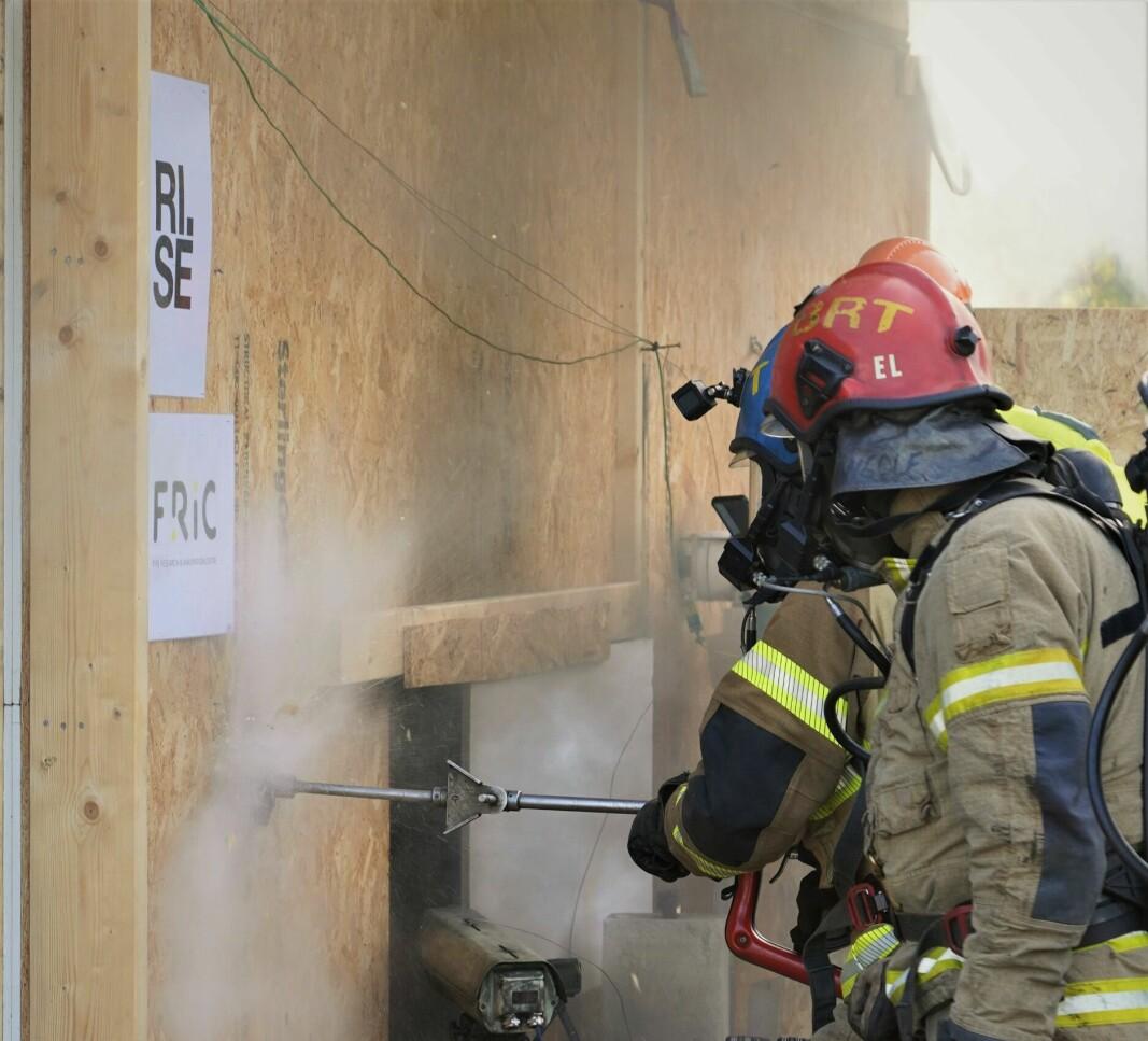Her bruker brannkonstablene skjærslokker for å slukke brannen.