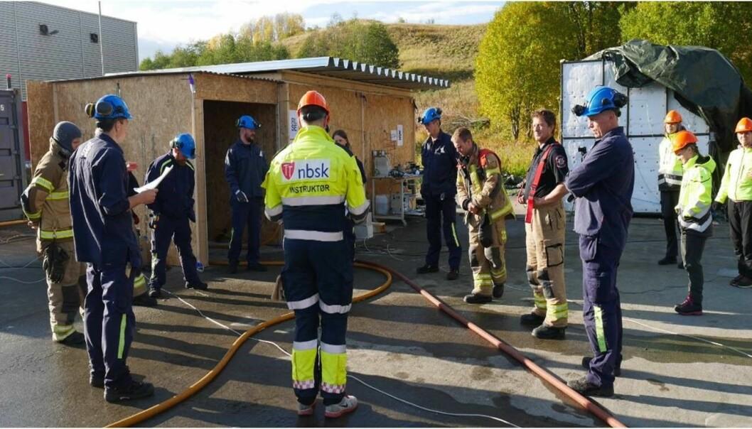 HMS gjennomgang før testene sammen med alle involverte organisasjoner: RISE Fire Research, Norges Brannskole, Trøndelag brann- og redningstjeneste og SINTEF.